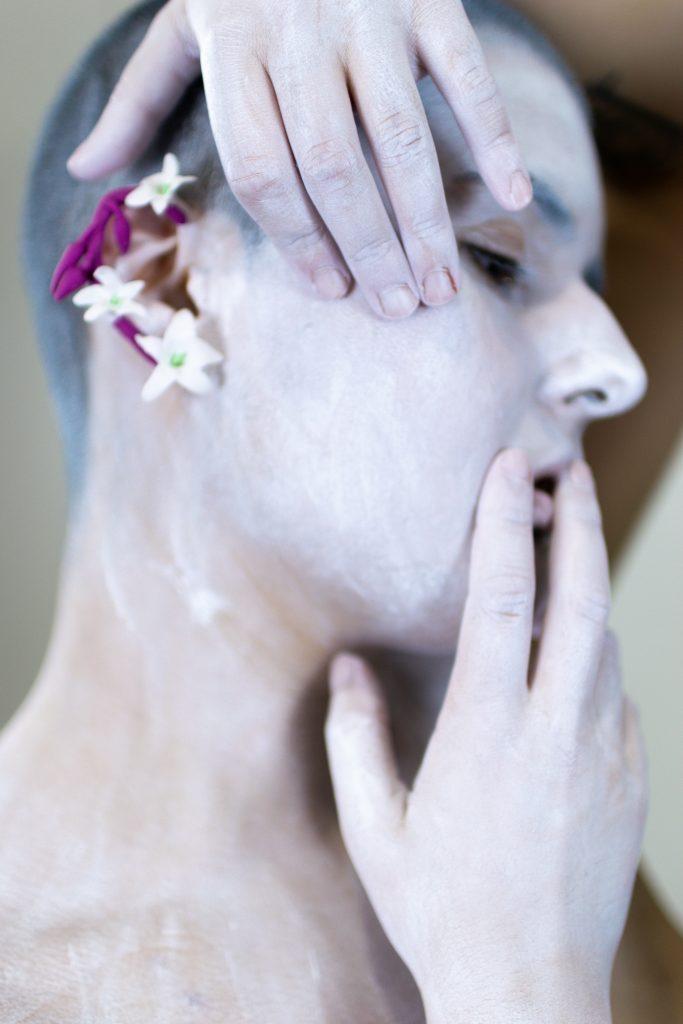 Unha modelo posa cos pendentes artesanais Xazmín brancos e maxenta de Carballo Artesanía