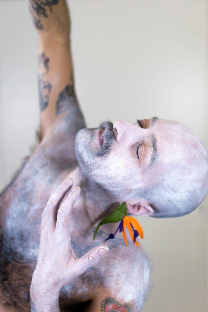Un modelo posa cos Pendentes Ave do Paraíso verdes e laranxas de Carballo Artesanía