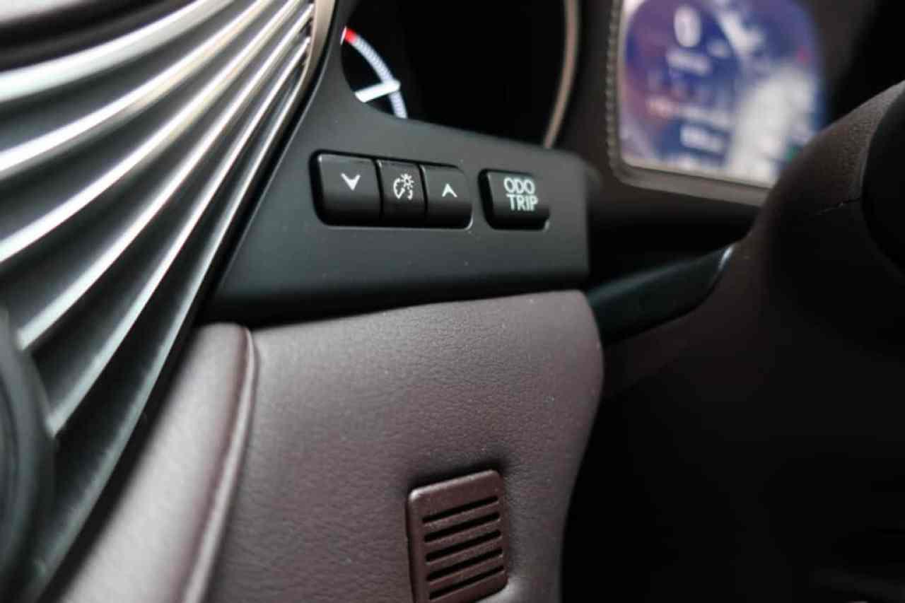レクサスLSのインストルメントパネル照度スイッチ、オドメーター/トリップメーター表示切り替えスイッチ