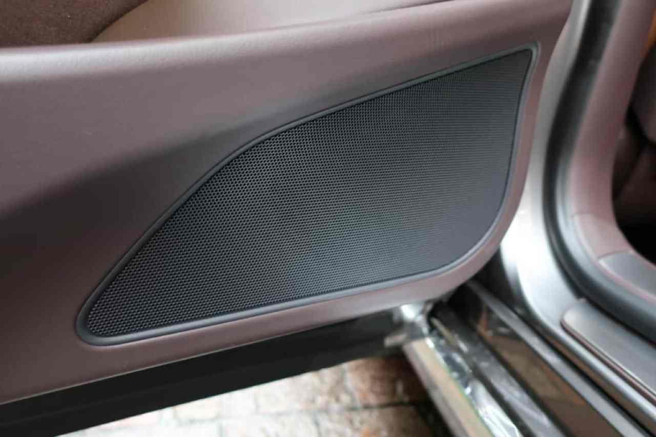 レクサスLSの後部座席ドアのスピーカー