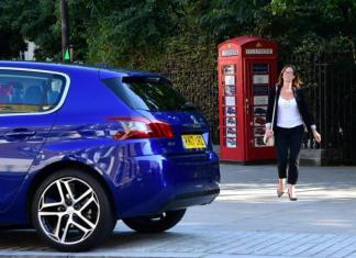 Автосалон Peugeot в телефонной будке