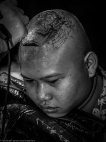 KingPensiri Bybanktattoo is tattooing on this guys head (ouch).