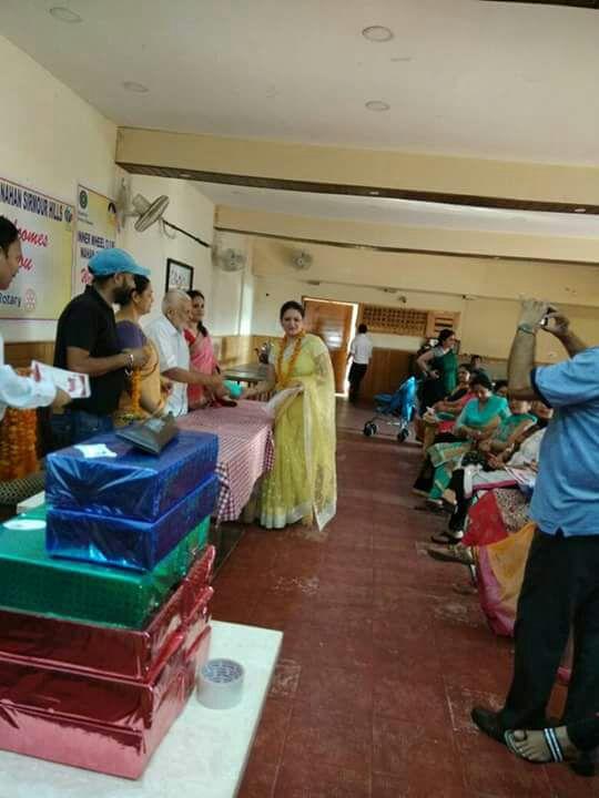 Mrs. Urvashi Pandit receiving award.