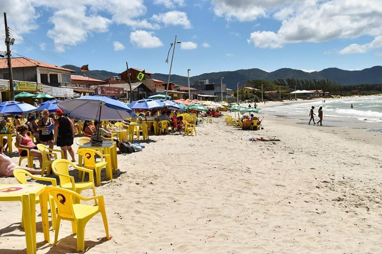 Praia da Barra da Lagoa has plenty of shops and restaurants along its stretch of golden sand