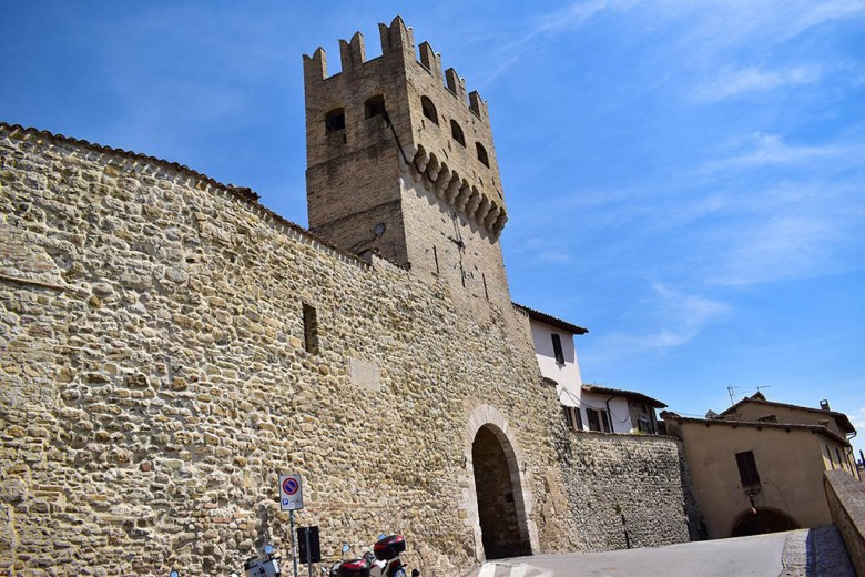 Montefalco, the second main stop in our Umbria itinerary, resembles a Middle Ages town with high stone walls and gates