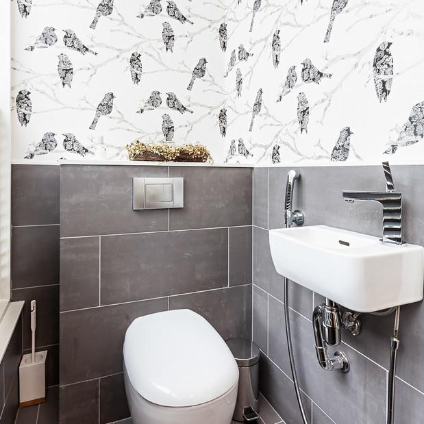 Valoisa wc, jossa kukkatapetti