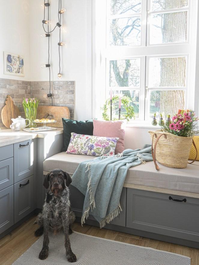 Der Frühling ist in meine Landhausküche eingezogen. In diesem Artikel beschreibe ich euch wie ihr mit ganz einfacher Frühlingsdeko die Sonne ins Haus holt.