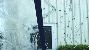 ウィンド撥水コーティングの比較画像。左が未施工、右が施工済みのウィンドウ。撥水性に明らかに差がある。