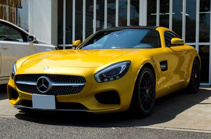 Mercedes-AMG GT Sのコーティングメンテナンス後。前方右側より。汚れが全てなくなり、ゴールドイエローメタリックのボディが輝くように。