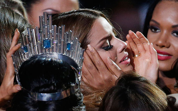 Steve Harvey crowns the wrong Miss Universe- YIKES!