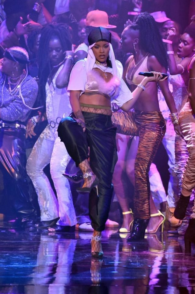 Rihanna SHELLS DOWN the MTV VMAs With Iconic Dancehall Medley