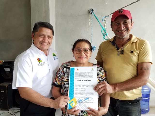 La SEDETUS entrega títulos de propiedad a domicilio para las familias de Cozumel