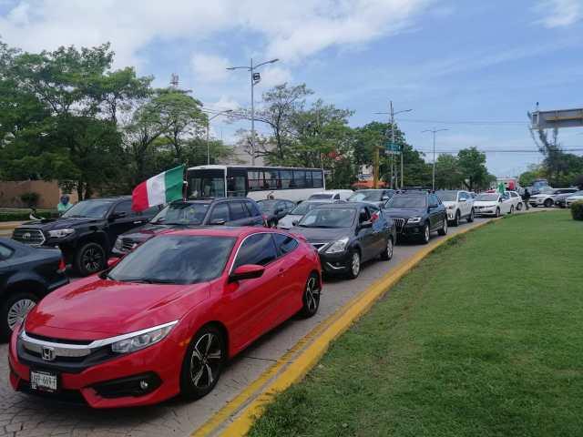 """Reciben en Cancún con """"bocinazos"""" de rechazo la visita presidencial"""