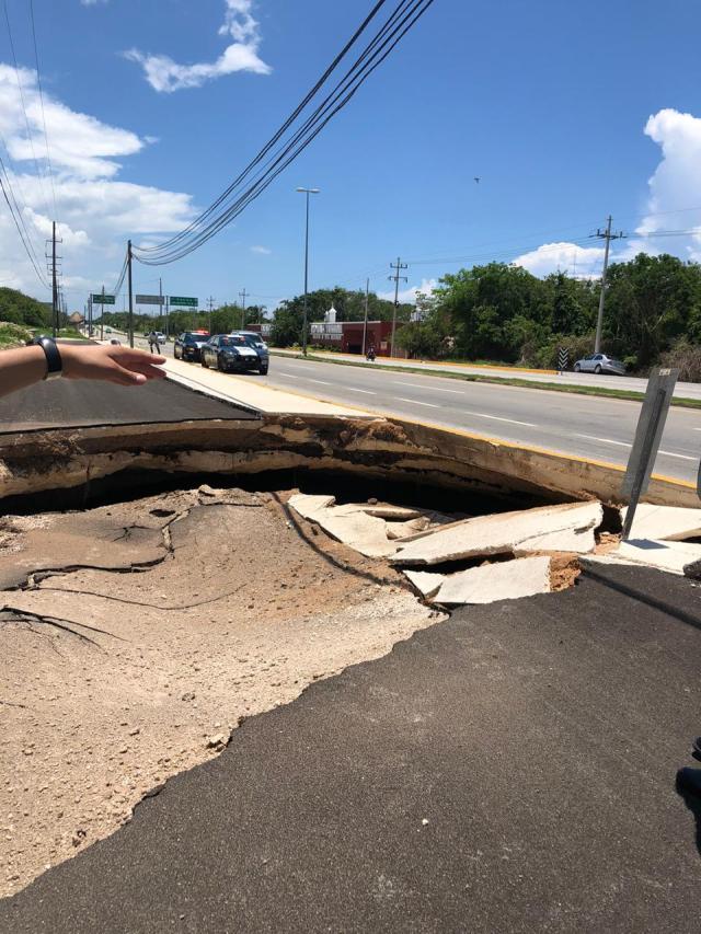 Se abre socavón en la carretera Cancún-Tulum