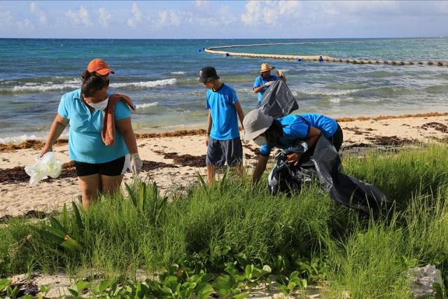 Basura de Jamaica, Haití y hasta países orientales recala en playas de Xcacel-Xcacelito