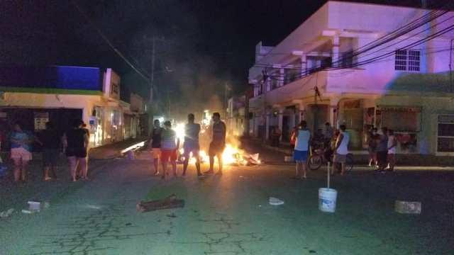 Vecinos de Cancún retiran barricadas tras reanudación del servicio eléctrico