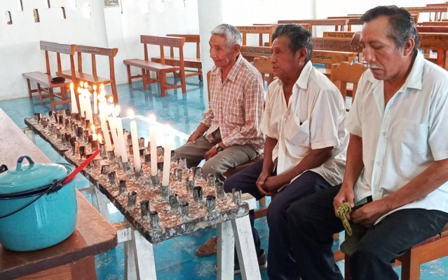 Dignatarios mayas celebran anticipadamente a la Santa Cruz agradeciendo sobrevivir a la pandemia