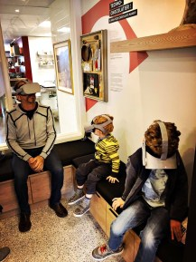 Des casques de réalité virtuelle permettent de suivre le processus de fabrication des chocolats de A à Z. | Crédit: Couleur Chocolat