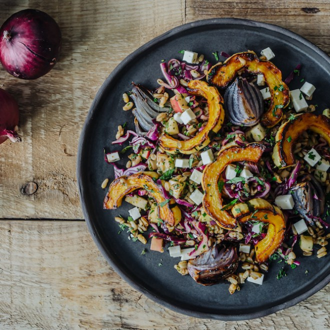 Salade de courge délicata, d'oignons caramélisés et d'amandes d'avoine