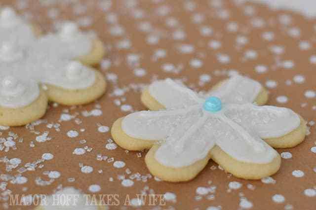http://www.majhofftakesawife.com/2014/12/christmas-snowflake-sugar-cookies-how.html