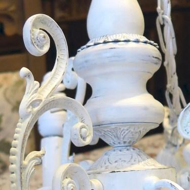 Il lampadario della nonna acquista nuova vita. Corso shabby nel nostro atelier-spazio corsi