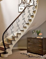 item7.rendition.slideshowWideVertical.nina-griscom-apartment-08-stairway