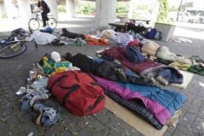 jeunes sans-abris sous un viaduc à Montréal