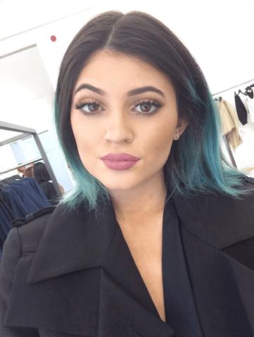Kylie-Jenner-Hello-Selfie-in-Paris