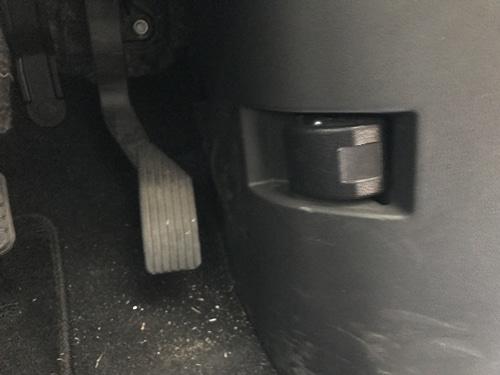 ボンネットのオープンレバーは運転席にある