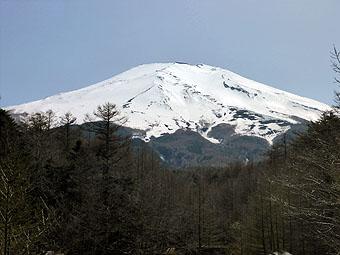 新屋山神社から富士山を望む