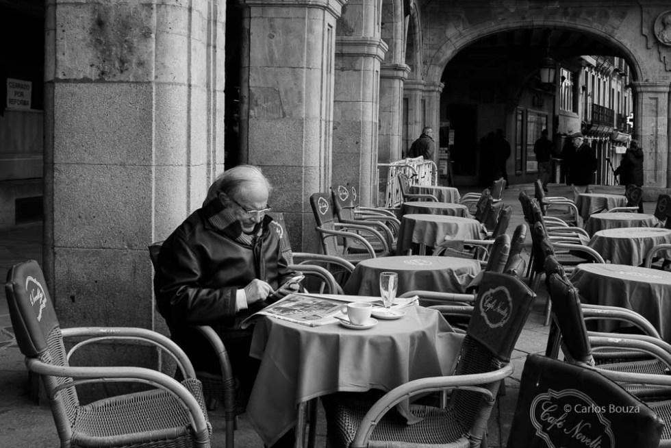 Hombre sentado en una terraza en la plaza Mayor de Salamanca