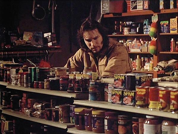 Chris Stevens en la tienda de Ruth-Anne tras una pila de latas de Spam