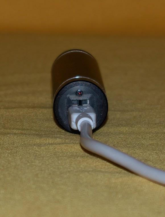 Detalle de la parte trasera del lápiz, cable cargador, interruptor y led testigo de carga (Unboxing Lápiz Led RGB)
