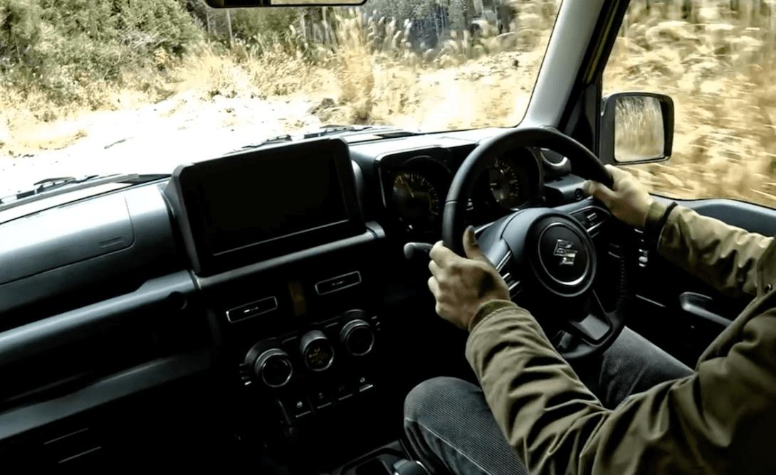 ジムニーシエラで走行時の運転の画像