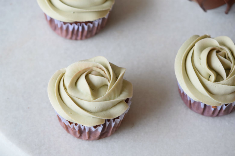 Thin Mint Cupcakes + Mint Frosting   carmelapop.com