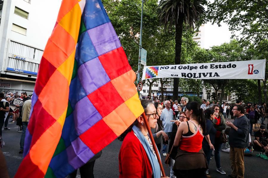 Cientos de personas se manifiestan en Montevideo en apoyo a Evo Morales - Carmelo Portal