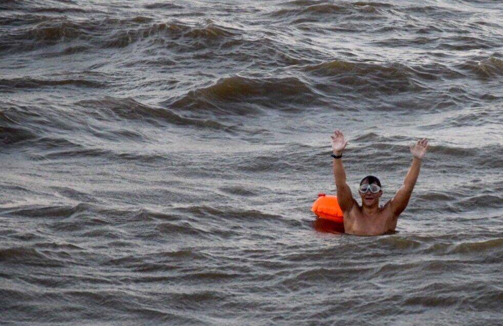 Tenemos el honor de comunicar que tras 13 horas y 50 minutos, a las 19.50 horas el nadador Sergio Salomone ha completado exitosamente la travesía del Río de la Plata. (foto: Swim Argentina)