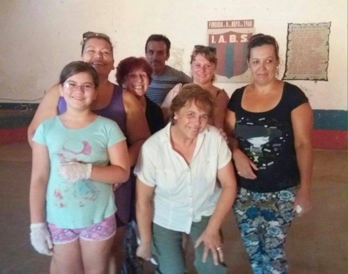 Hay equipo!  Voluntarios trabajando este sábado en el Saravia para alimentar niños del barrio.