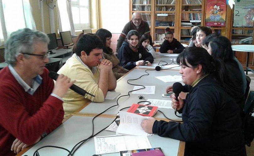 Radiolugares 102.7 haciendo radio en la UTU de Carmelo.