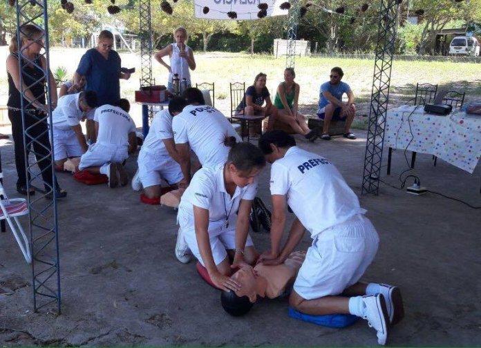 Personal de Prefectura y Policía junto a vecinos recibieron clases de primeros auxilios.