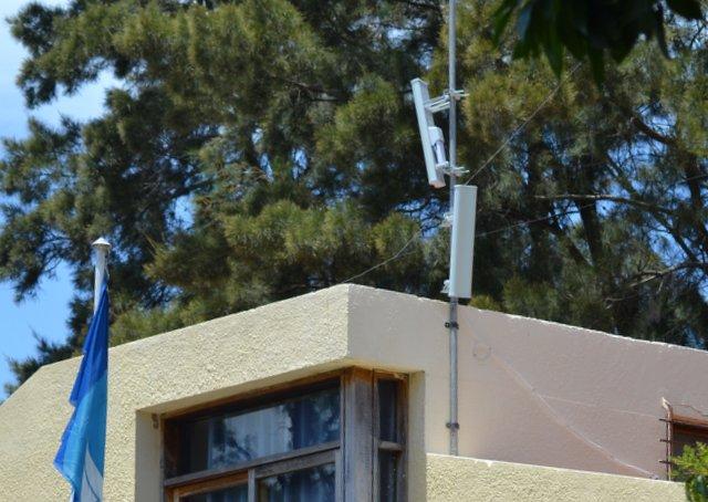 Colocan antena para servicio wifi gratuito en Atracadero Carmelo.