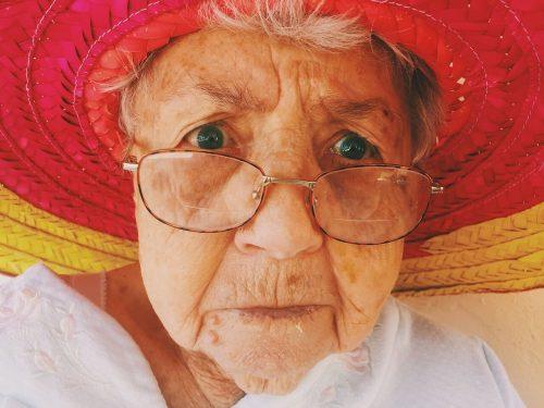 Anciana de aspecto agradable