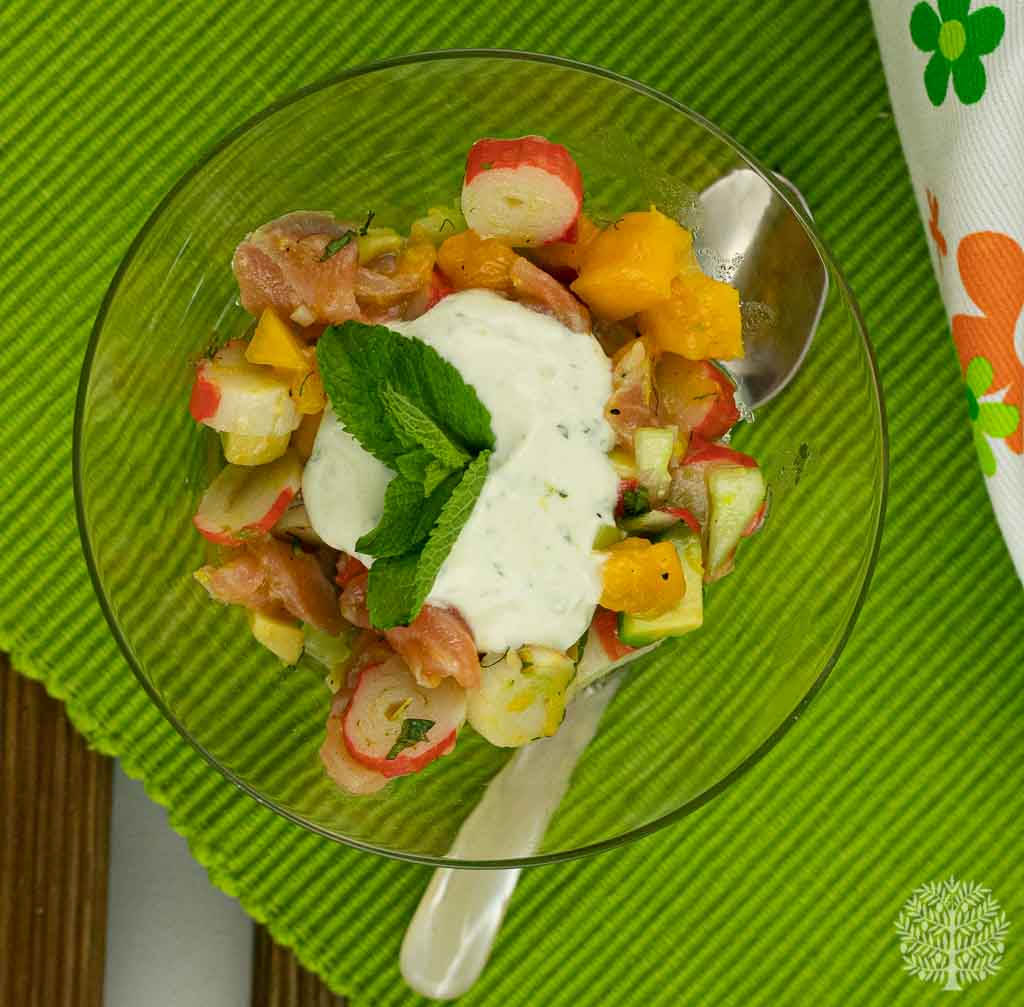 Tartar de salmón y surimi con mango aguacate y aliño de yogur