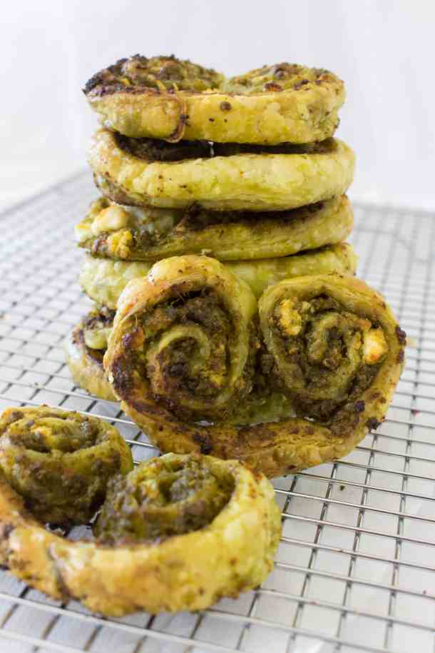 A delicious pesto and goat cheese savoury palmier to satisfy both a savoury and pastry craving!
