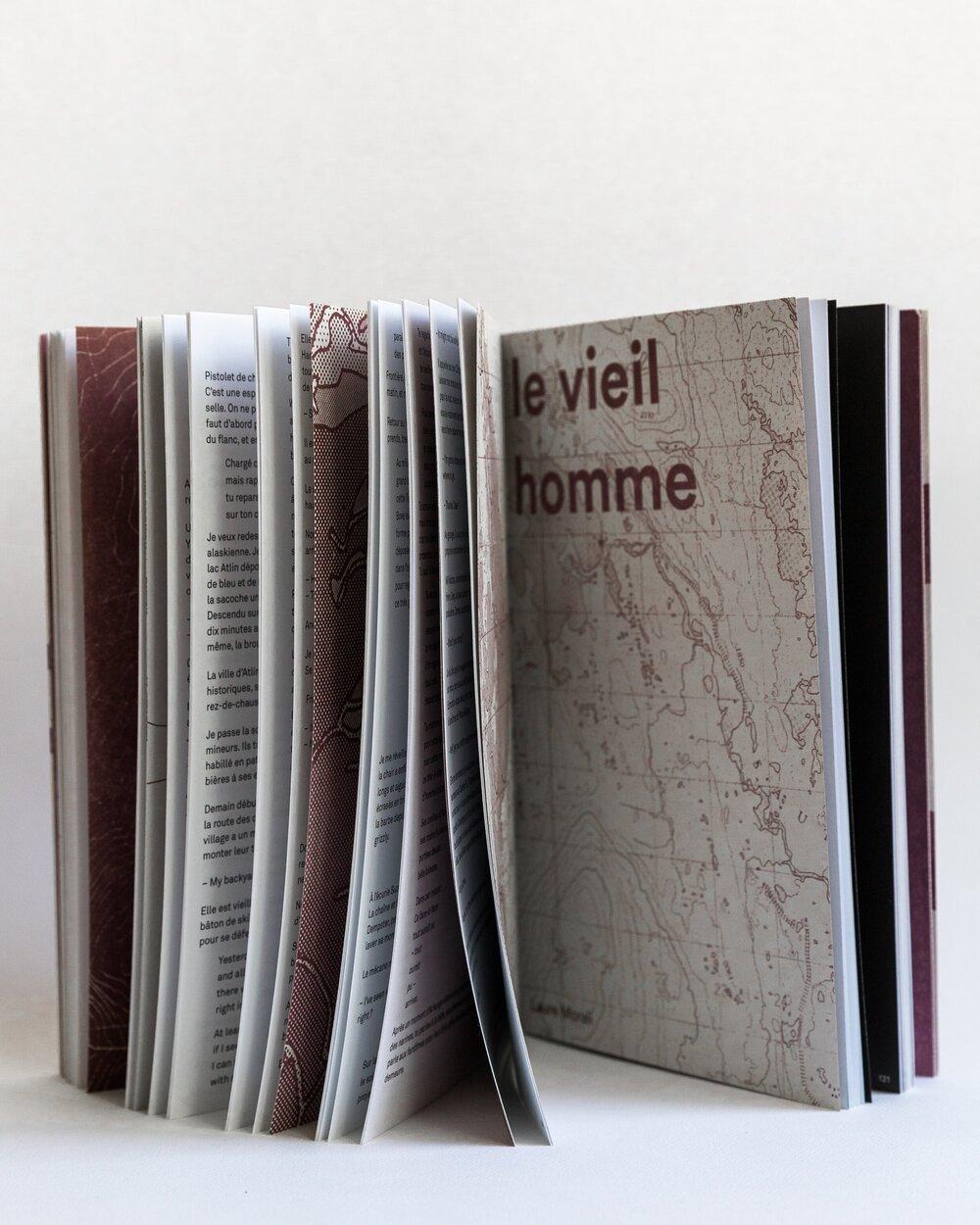 Sur l'image, le livre papier Oùrs est ouvert à une page où l'on voit une cartographie, ce qui montre qu'il s'agit d'un livre d'art.
