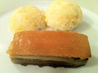 ce n'est pas du porc laqué.. (thit quay) mais une aubergine laquée aux 5 épices et sésame.. avec du xoi (riz gluant) aux haricots mungo, traditionnellement servi lors de banquets.. la fete