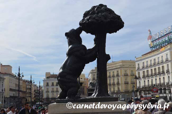 L'Ours et l'arbousier, symbole de Madrid, sculpture d'Antonio Navarro Santafe.