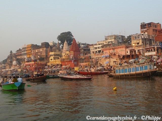 Les Ghats sur les bords du Gange à Varanasi, ville sainte de l'hindouisme.