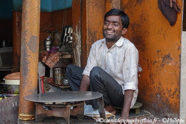 Grand sourire du fabriquant de Naans ( feuilles de pain faîtes de farine de blé).