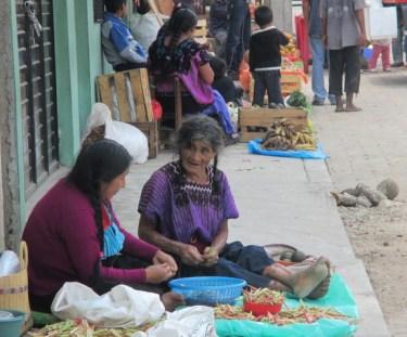 2 vieilles femmes dans la rue